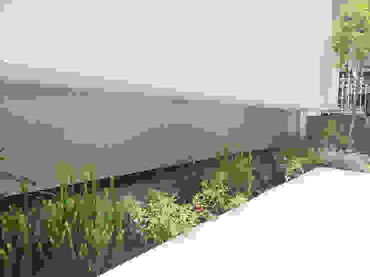 Jardines de estilo moderno de (有)ハートランド Moderno