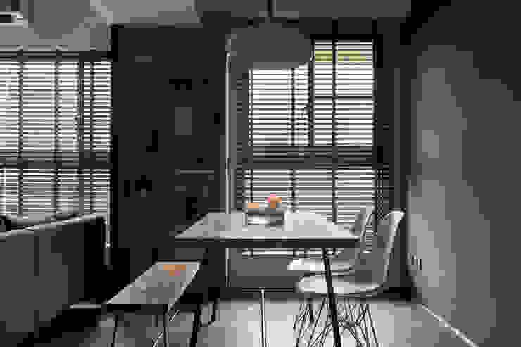 Modern Study Room and Home Office by 寬度 空間設計整合 Modern