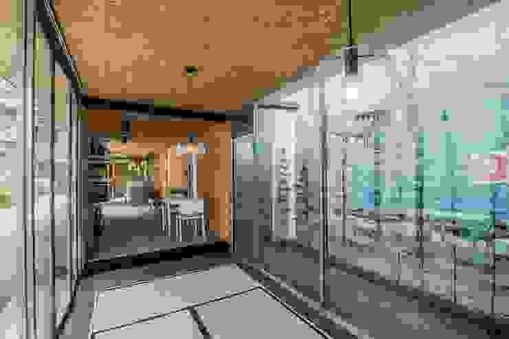 伍乘研造有限公司 现代客厅設計點子、靈感 & 圖片 根據 伍乘研造有限公司 現代風