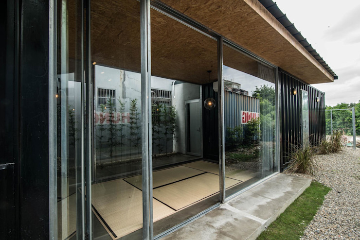 Modern houses by 伍乘研造有限公司 Modern