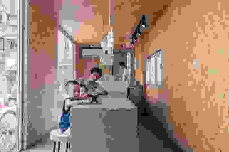 伍乘研造有限公司 現代廚房設計點子、靈感&圖片 根據 伍乘研造有限公司 現代風