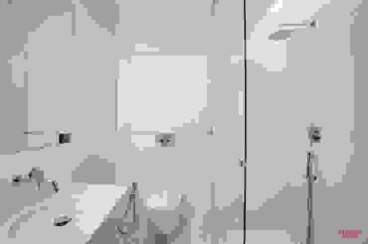 Vista frontal wc Casas de banho minimalistas por B.loft Minimalista