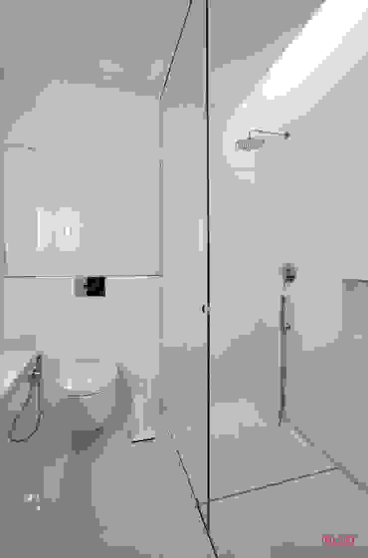 Vista geral wc Casas de banho minimalistas por B.loft Minimalista