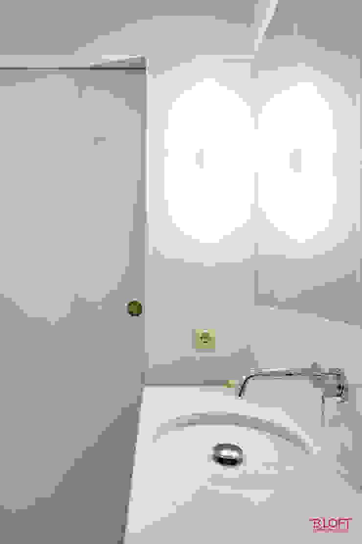 Pormenor pio Casas de banho minimalistas por B.loft Minimalista