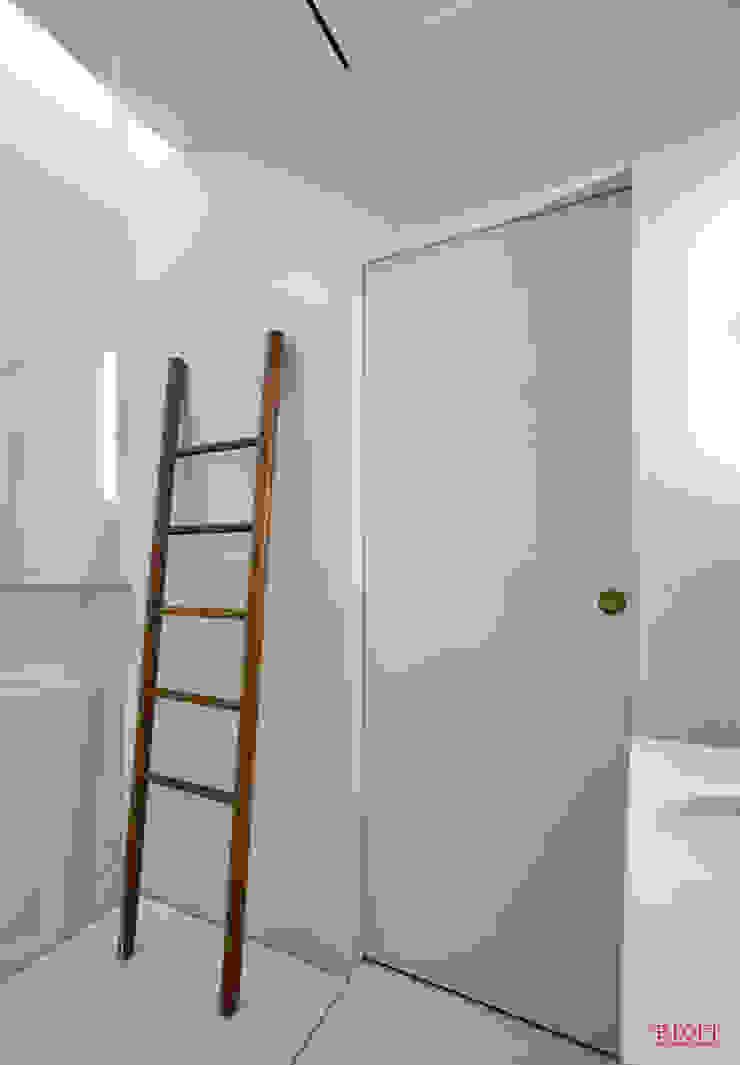 Pormenor decoração (escada para toalhas) Casas de banho minimalistas por B.loft Minimalista