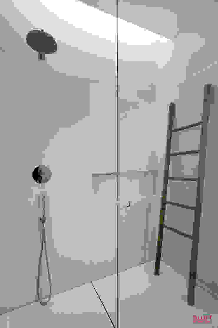 Vista geral da zona de duche Casas de banho minimalistas por B.loft Minimalista