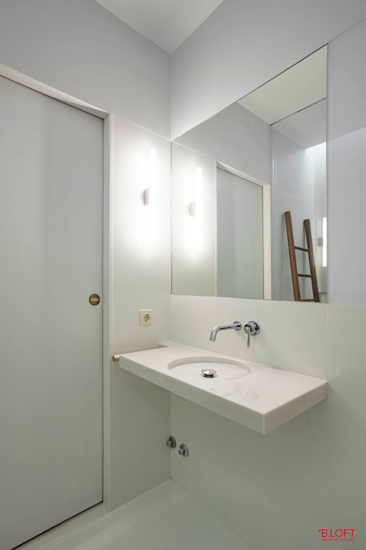 Vista geral lavatório e entrada Casas de banho minimalistas por B.loft Minimalista