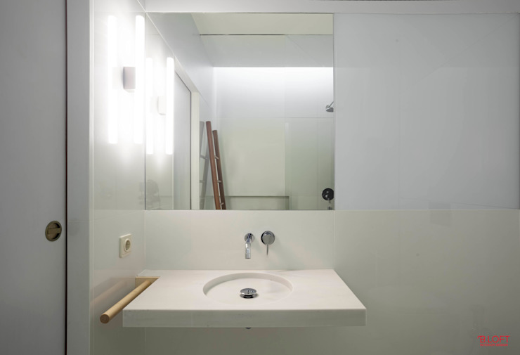 Vista frontal lavatório Casas de banho minimalistas por B.loft Minimalista