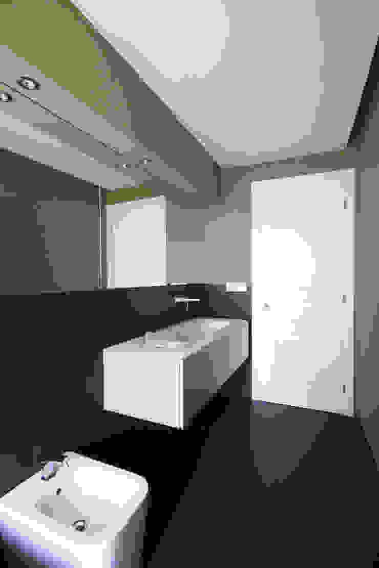 BAGNO PADRONALE CON VASCA AD INCASSO Bagno minimalista di Andrea Orioli Minimalista