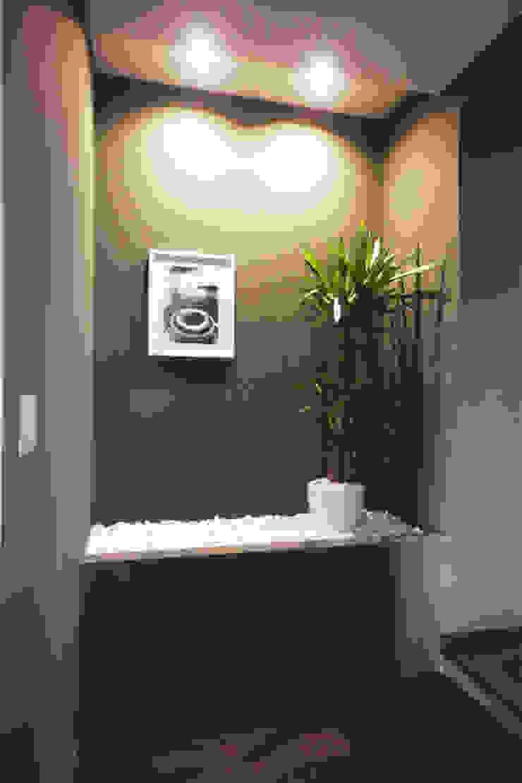 DISIMPEGNO CON PIETRA IN POLVERE DI MARMO Ingresso, Corridoio & Scale in stile minimalista di Andrea Orioli Minimalista