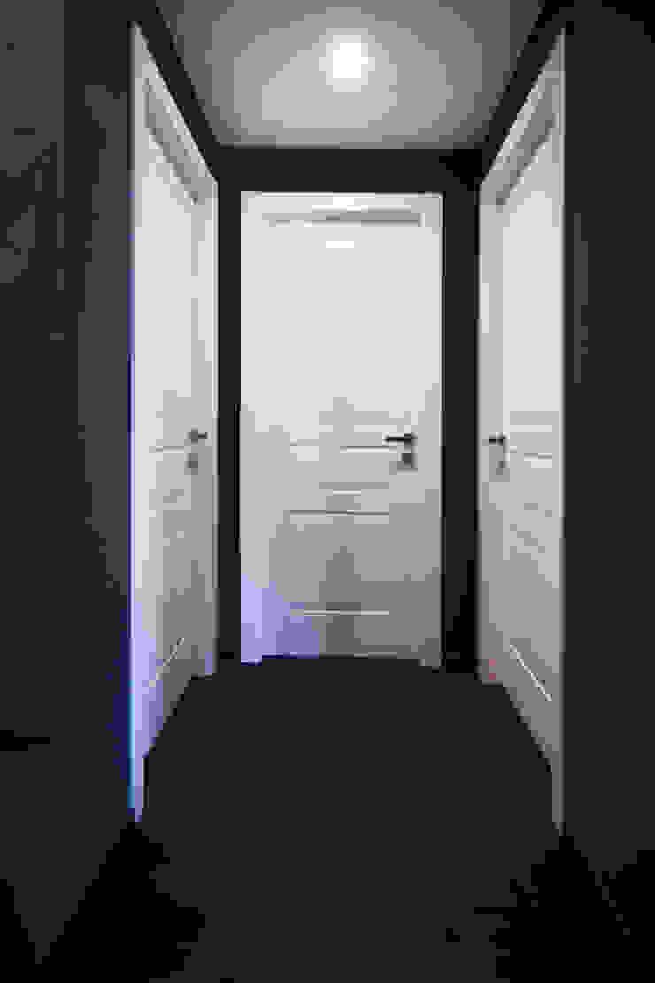 DISIMPEGNO DELLA ZONA NOTTE Ingresso, Corridoio & Scale in stile minimalista di Andrea Orioli Minimalista