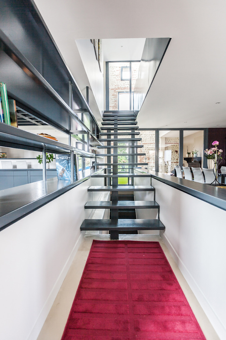 Modern Corridor, Hallway and Staircase by Hugues TOURNIER Architecte Modern