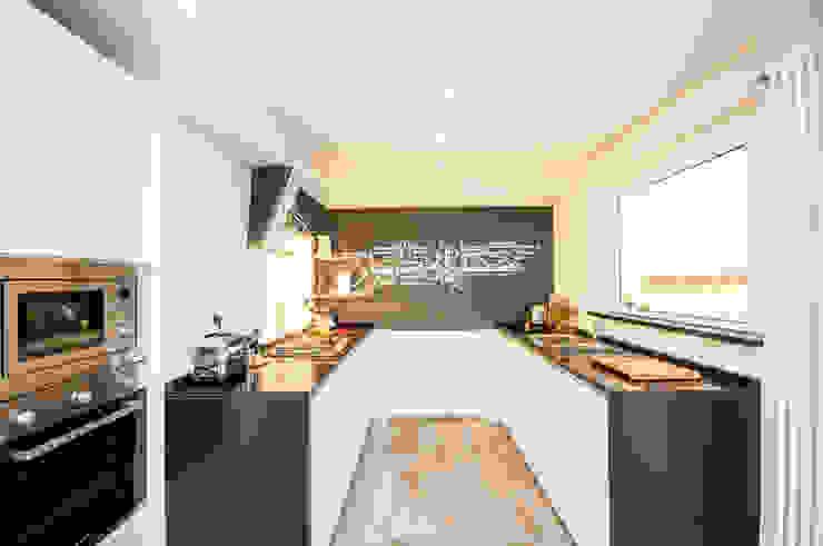 Ristrutturazione appartamento 50 mq Fabiola Ferrarello ห้องครัว แกรนิต Black