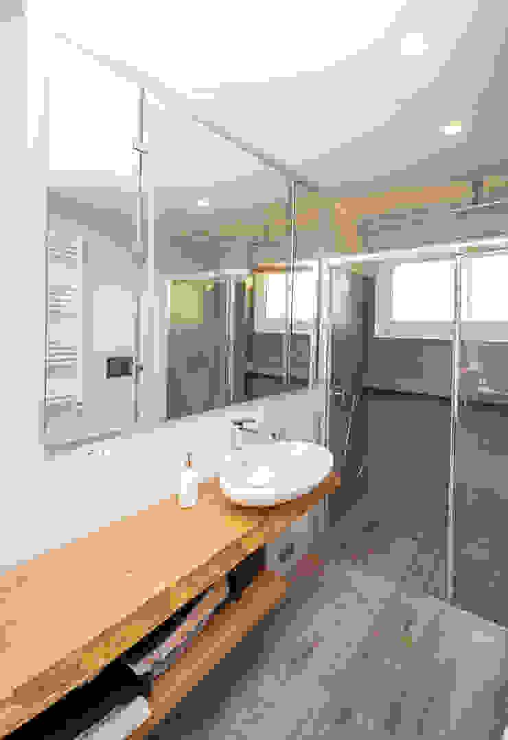 Ristrutturazione appartamento 50 mq Fabiola Ferrarello ห้องน้ำ คอนกรีต Grey