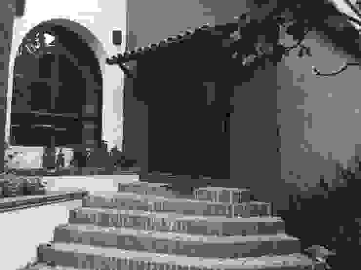 Modern corridor, hallway & stairs by Base-Arquitectura Modern