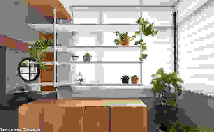 Pasillos, vestíbulos y escaleras minimalistas de 思維空間設計 Minimalista