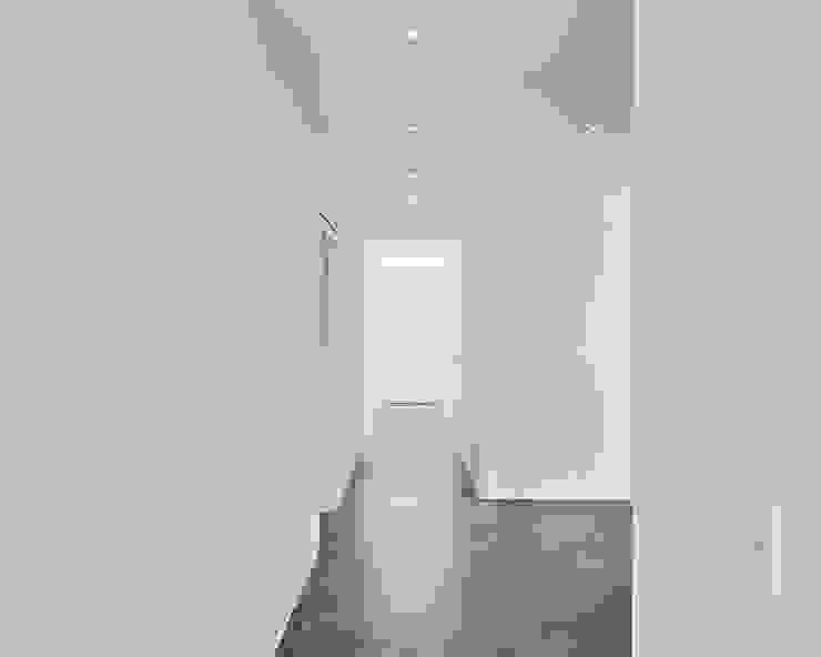Exklusives EFH in Holzbauweise, Hagen Philip Kistner Fotografie Minimalistischer Flur, Diele & Treppenhaus Beton Weiß