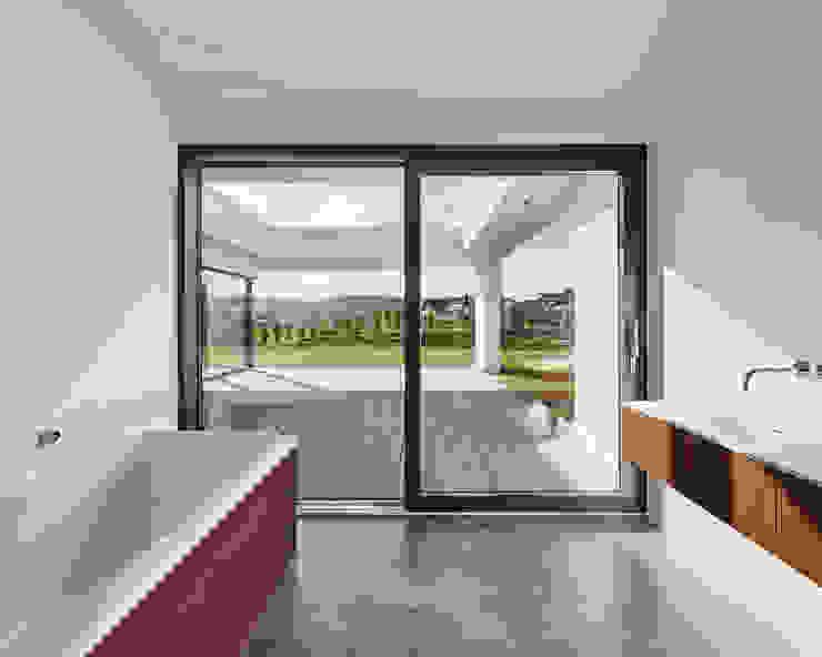 Exklusives EFH in Holzbauweise, Hagen Philip Kistner Fotografie Minimalistische Badezimmer Beton Weiß