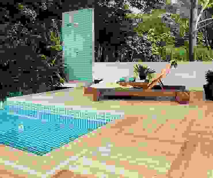 MADEIRAS EM PORCELANATO Piscinas tropicais por Portobello Shop Bauru Tropical