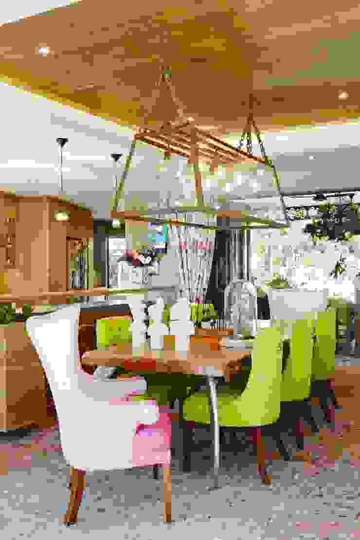 Phòng ăn phong cách chiết trung bởi The Painted Door Design Company Chiết trung