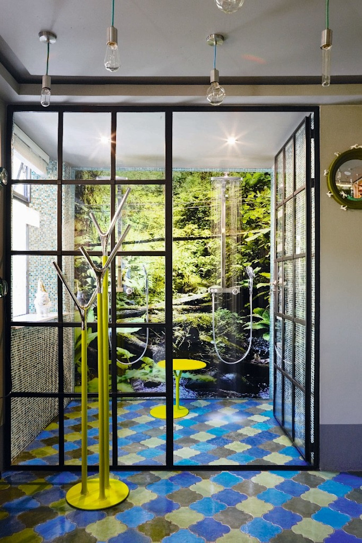 The Painted Door Design Company Casas de banho ecléticas