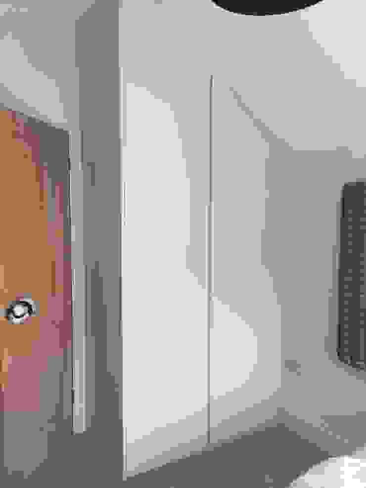 Oyster white hinged door wardrobes with handleless doors and drawers Sliding Wardrobes World Ltd DormitoriosArmarios y cómodas