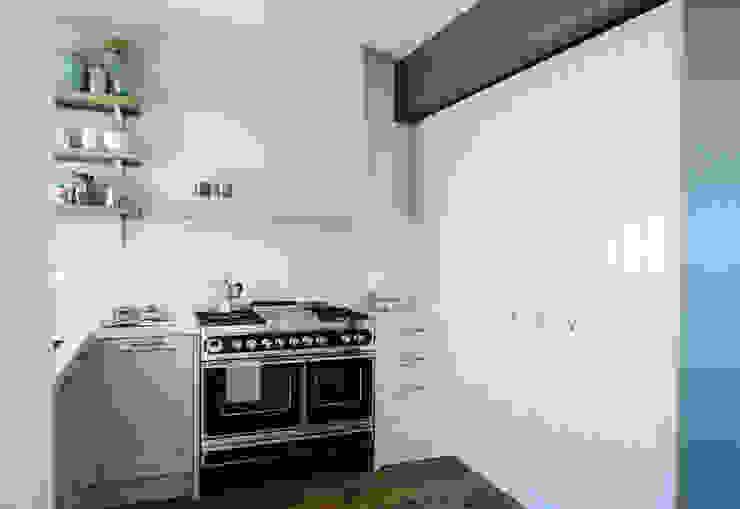 """cucina con """"blocco fuochi"""" professionale Cucina moderna di Studio Perini Architetture Moderno"""