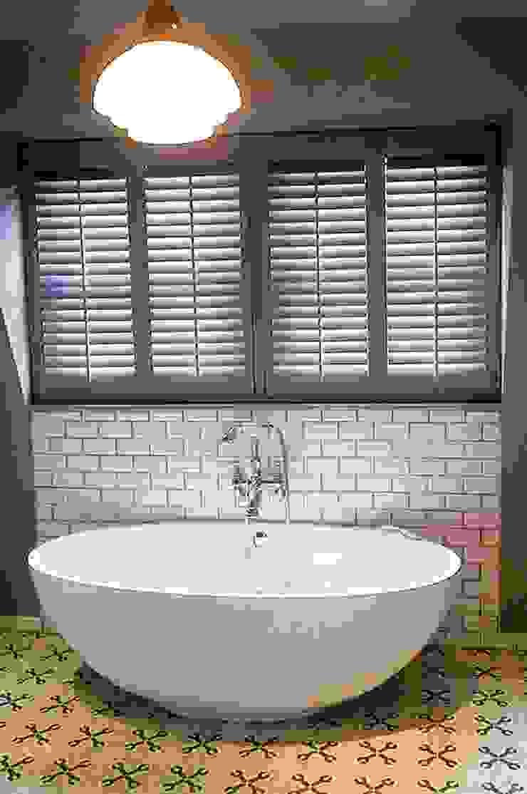 Mixed Photos Modern bathroom by Plantation Shutters Ltd Modern