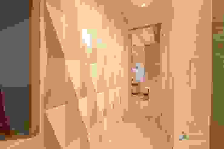 ห้องโถงทางเดินและบันไดสมัยใหม่ โดย Camila Chalon Arquitetura โมเดิร์น