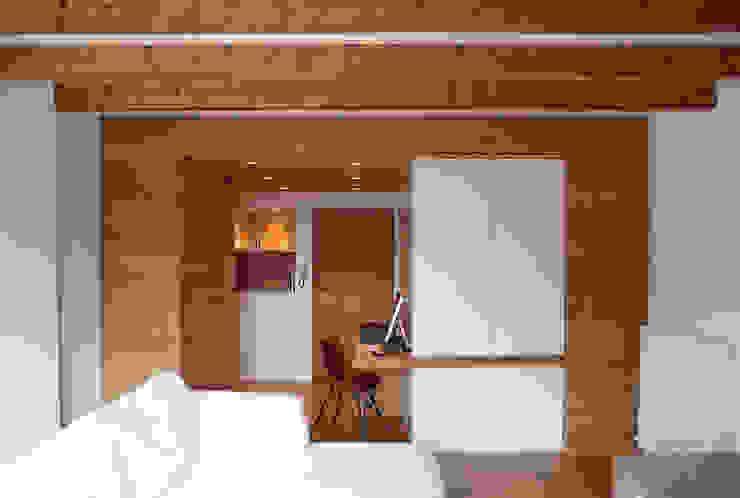 Pasillos, vestíbulos y escaleras modernos de GRITTI ROLLO | Stefano Gritti e Sofia Rollo Moderno Madera Acabado en madera