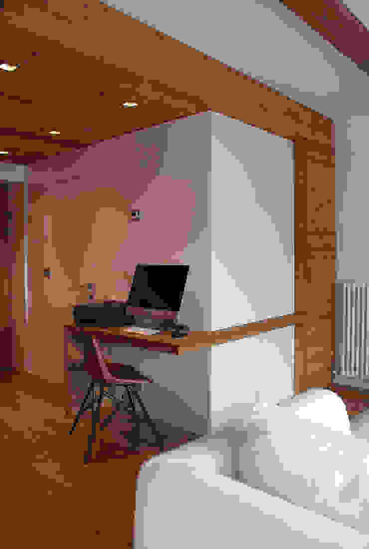 Estudios y despachos modernos de GRITTI ROLLO | Stefano Gritti e Sofia Rollo Moderno Madera Acabado en madera