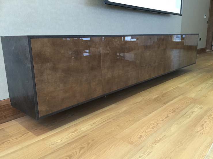 Floating AV cabinet in high gloss copper stone and slate Designer Vision and Sound: Bespoke Cabinet Making SoggiornoArmadietti & Credenze