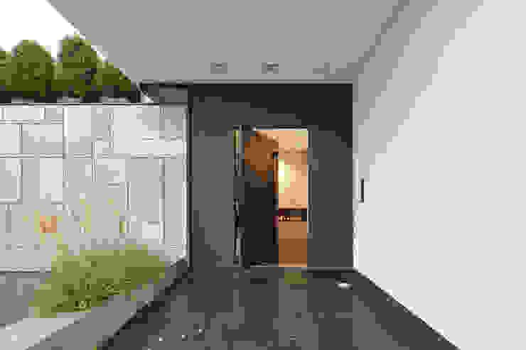 Moderne gangen, hallen & trappenhuizen van Lioba Schneider Modern Aluminium / Zink