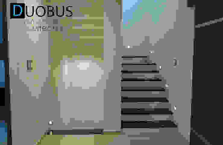 escalera. Pasillos, vestíbulos y escaleras modernos de DUOBUS M + L arquitectos Moderno