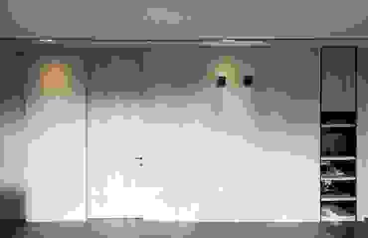 居.山: 現代  by 木皆空間設計, 現代風