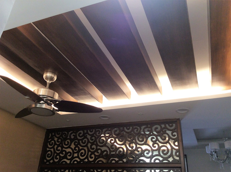 Drawing Room Ceiling with Decorative Fan:  Living room by Urban Shaastra