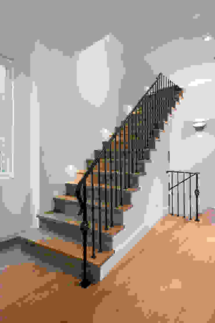 Moderner Flur, Diele & Treppenhaus von Alice D'Andrea Design Modern Holzwerkstoff Transparent