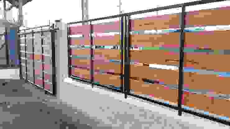 Cierre hormigon metal madera:  de estilo  por ARQUITECTURA E INGENIERIA PUNTAL LIMITADA
