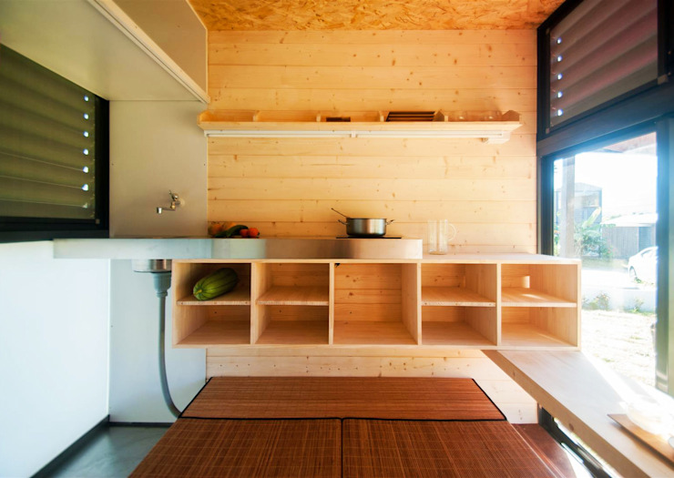 Qcamp 現代廚房設計點子、靈感&圖片 根據 FAMWOOD 自然紅屋 現代風
