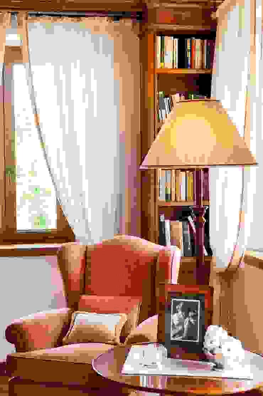 Ruang Keluarga Klasik Oleh STUDIO CERON & CERON Klasik