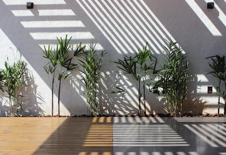 Modern Garden by Cornetta Arquitetura Modern