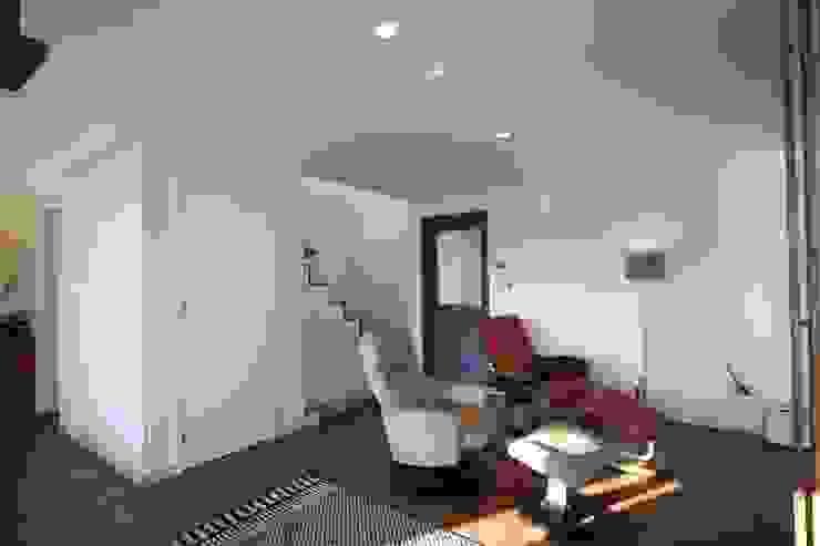 거실 및 계단 수납 공간 모던스타일 미디어 룸 by 위드하임 모던