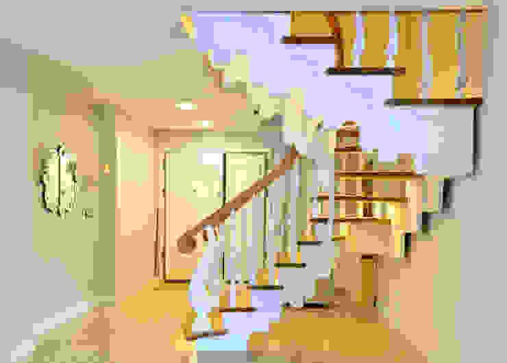 Vestíbulos, pasillos y escaleras de estilo  por MERDİVENEVİ