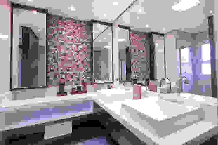 Banheiro suíte master Banheiros ecléticos por Haus Brasil Arquitetura e Interiores Eclético Cobre/Bronze/Latão