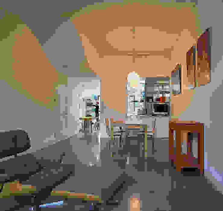 London Brownstones:  Dining room by Knox Bhavan Architects ,