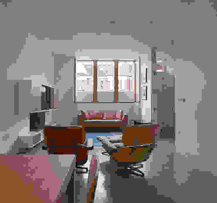 London Brownstones:  Living room by Knox Bhavan Architects ,