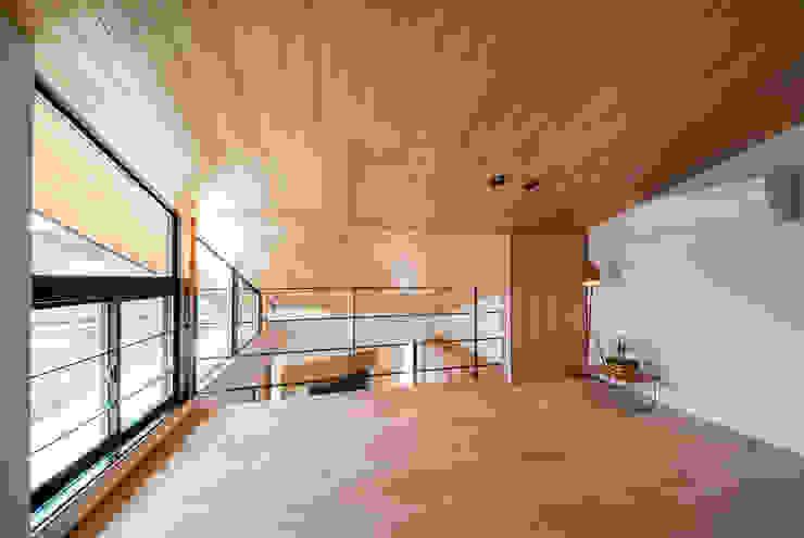 Camera da letto in stile  di STaD(株式会社鈴木貴博建築設計事務所)