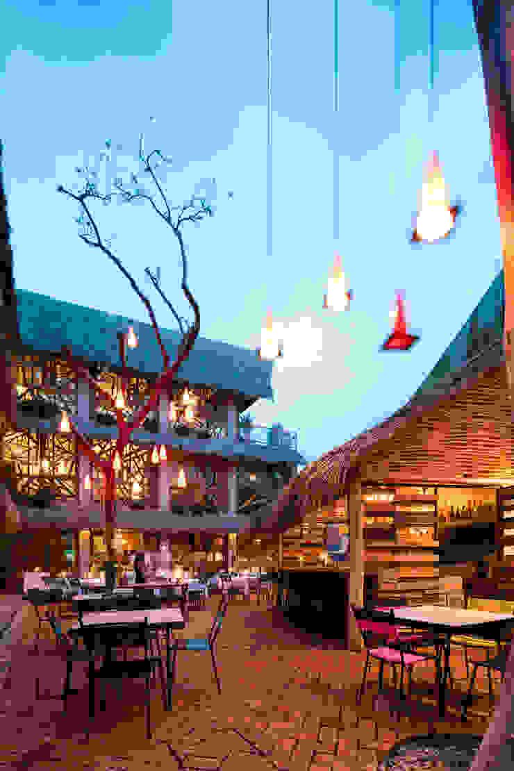 MORADA CUATRO Balcones y terrazas de estilo tropical