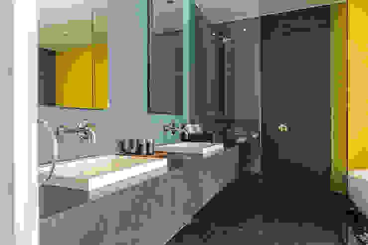 Modern bathroom by MORADA CUATRO Modern