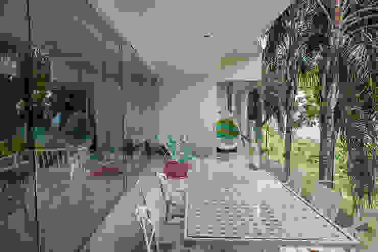 Balcones y terrazas modernos de MORADA CUATRO Moderno
